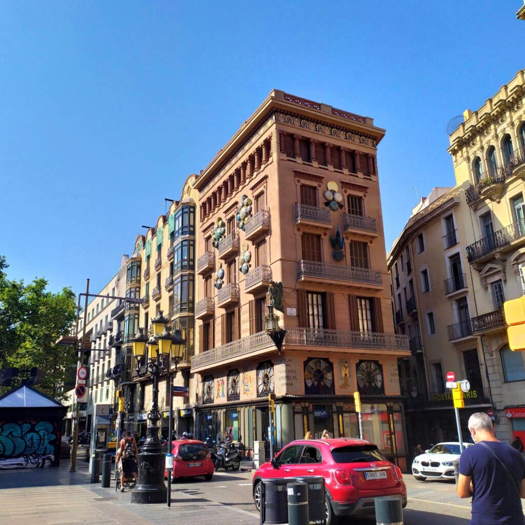 дом с зонтиками в Барселоне