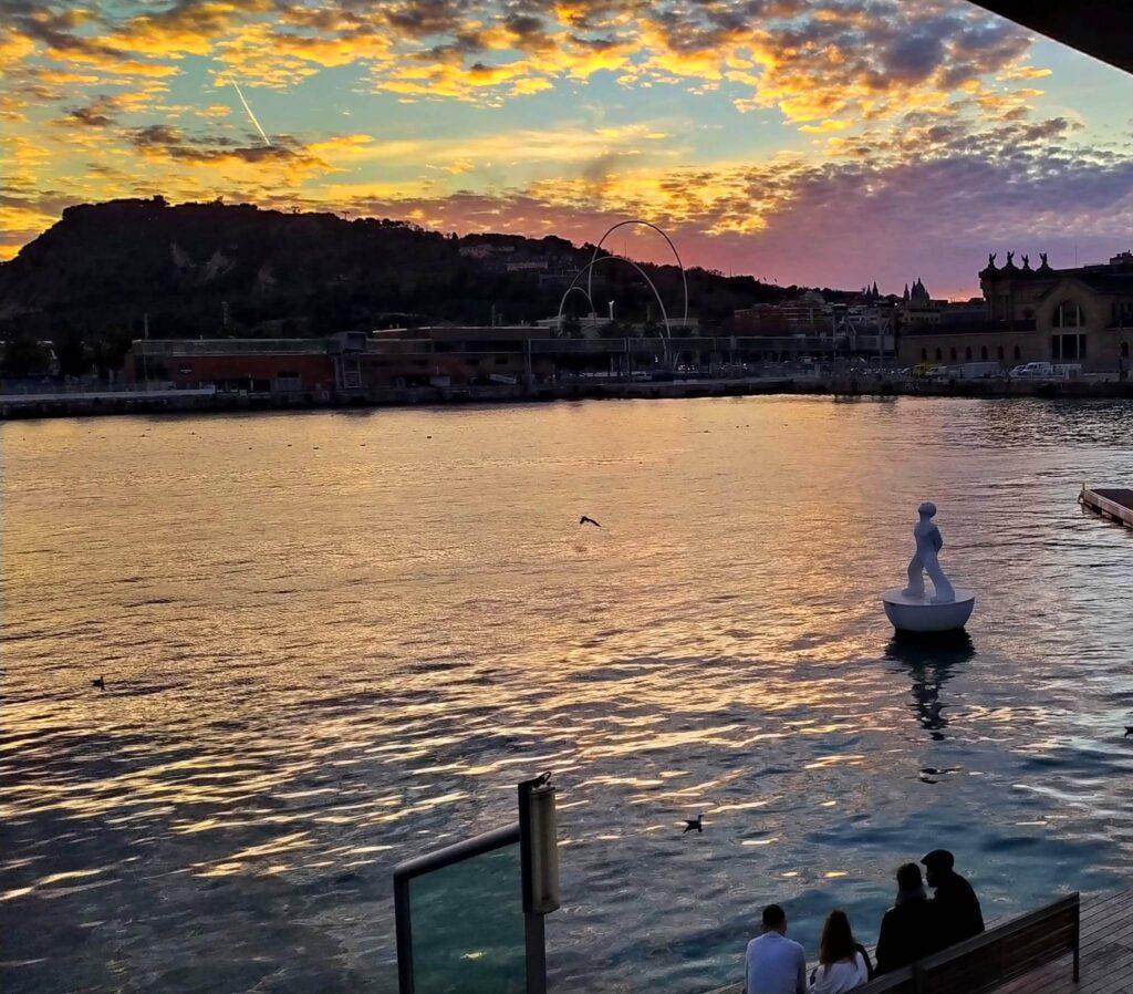 Закат на море Барселона